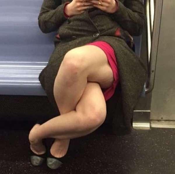 なにその足どうなってんの!?電車内で撮られた1枚の写真がネット上で話題に - AOLニュース