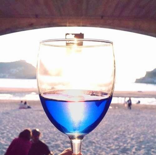 """赤でも白でもない""""青ワイン""""、スペインの起業家と大学が共同開発。"""
