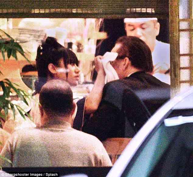 また寿司屋?妻と別れたニコラス・ケイジ、謎の着物美人とキス