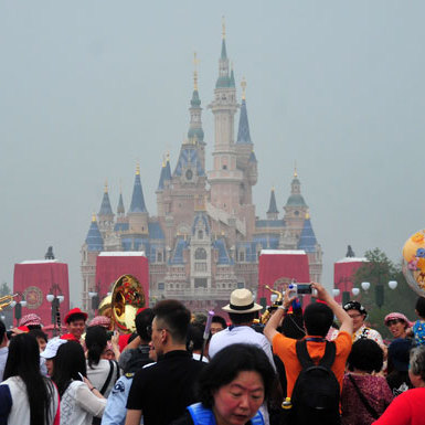 ディズニーR、客数減地獄突入…USJと中国ディズニーLに客取られ深刻、「行く意味」消失   ビジネスジャーナル