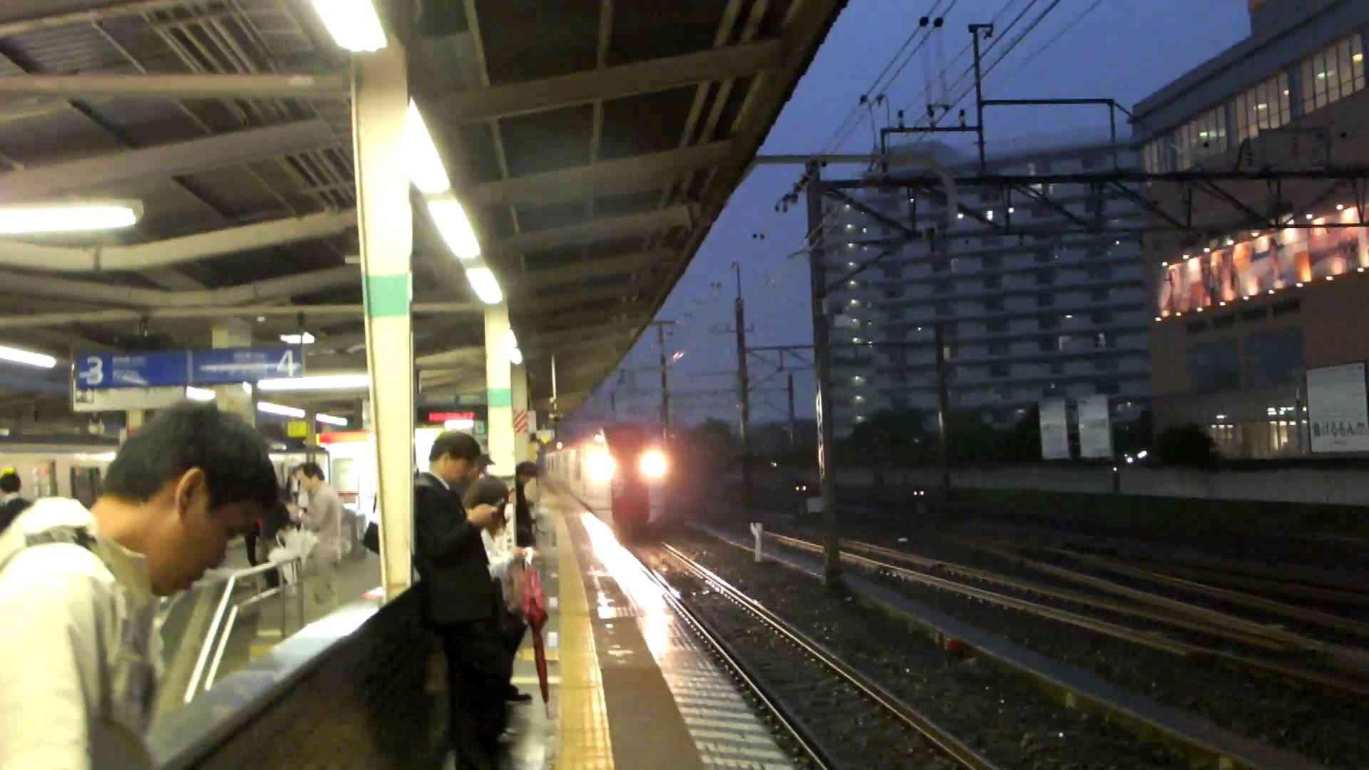 極めて危険な、新小岩駅の成田エクスプレス(nex)の通過。 - YouTube