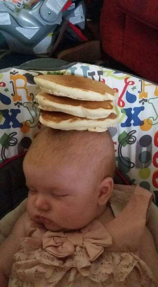寝ている赤ちゃんの顔にチュリオスを積む。謎の競技が密かに流行中