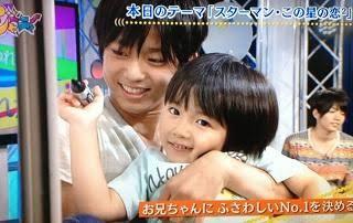 イケメンが子供を抱っこしている画像