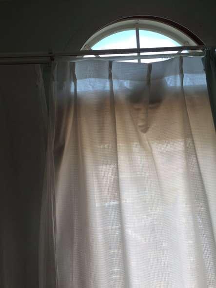心霊写真? 奇跡的に人の顔に見えるカーテンのしわ、Twitter民がゾクッ