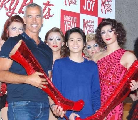 三浦春馬、ヒール&ミ二スカの女装姿を披露 役が私生活にも影響