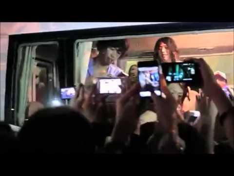 ONE OK ROCK - シンガポールで出待ちファンに神対応① [FANCAM] - YouTube