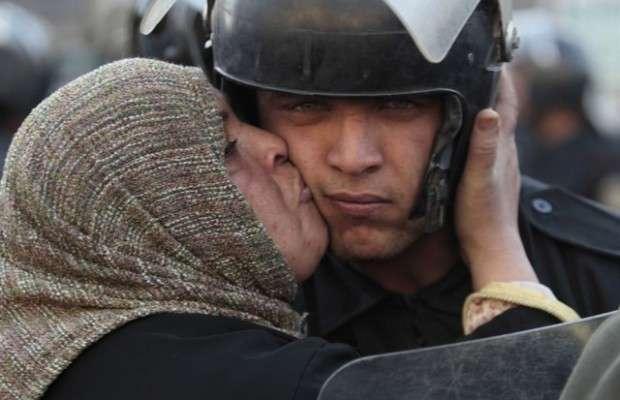 【あなたに見て欲しい】世界のデモや暴動から「美しすぎる平和の心」が垣間見られた32の瞬間 | YOSO-Walk