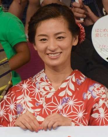 尾野真千子、夫との新婚生活は順調 今後の目標は「同じ趣味を共有したい!」   ORICON STYLE