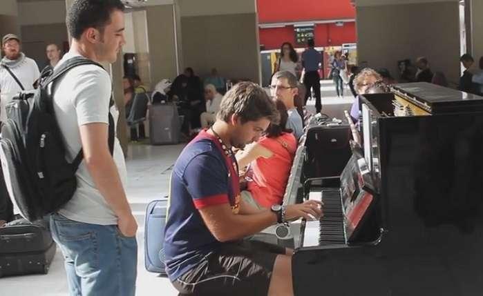 鳴り止まない拍手!偶然出会った二人のピアニストによる即興演奏が素晴らしすぎる! - Spotlight (スポットライト)