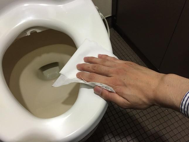 トイレ使用前に便座「除菌」で議論  「潔癖すぎ」「消毒スプレー使う」