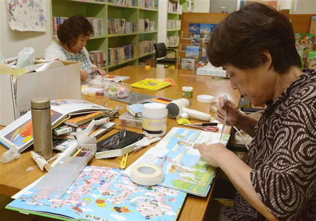 絵本修理、親子の笑顔に支えられ 活動5年で832冊|秋田魁新報電子版