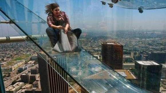 正気かよ!高さ305m、高層ビルの側面に全面ガラス張りの滑り台が設置される。 : カラパイア