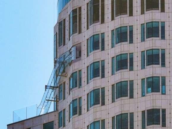 正気かよ!高さ305m、高層ビルの側面に全面ガラス張りの滑り台が設置される。(アメリカ)