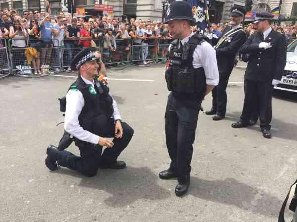 荒れるイギリスで、愛のニュース!警察官がプライドパレードでプロポーズ - Spotlight (スポットライト)