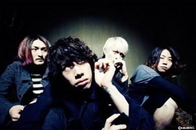 ロックバンド「ONE OK ROCK(ワンオクロック)」ファンが電車内で集合写真撮影→炎上 | キャラメルバズ