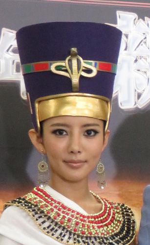 古代エジプト王妃に扮した夏菜、いつもと顔が違いすぎて「本当に本人?」の声