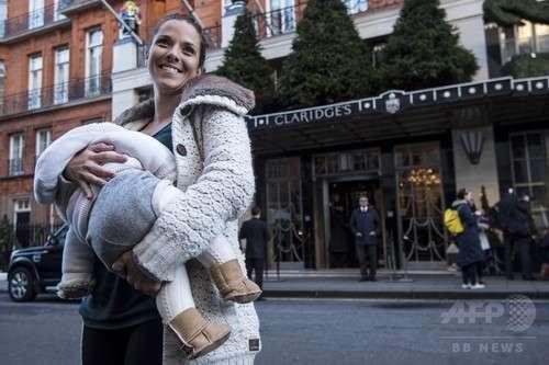 高級ホテル従業員が女性客に人前での授乳を注意→怒った15人がホテル前で抗議の一斉授乳