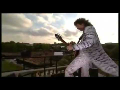Brian May - 'God Save The Queen' on the roof of Buckingham Palace (Golden Jubilee 2002) - YouTube