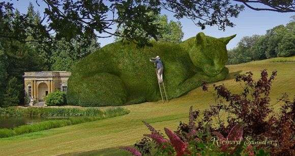 今は亡き愛猫への想いを形に。緑豊かな庭園に出現した巨大な眠り猫のトピアリー(植物造形像) : カラパイア
