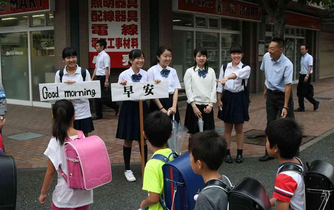 4言語で「おはよう」 あいさつ運動、絆強め (カナロコ by 神奈川新聞) - Yahoo!ニュース
