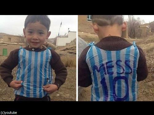 メッシに憧れて「ポリ袋」のユニフォームを着た5歳少年に、メッシ本人からユニフォームが届いて大喜び:らばQ