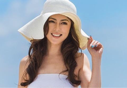 つばが大き目のお洒落な帽子をかぶった武田久美子