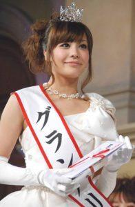 """小島よしおの妻も「プロ彼女」!? 芸能人と結婚できる一般女性の""""3つの条件""""とは?"""