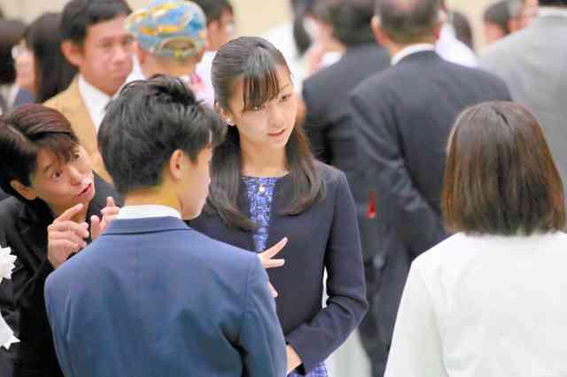 佳子さま、「名探偵コナン」読んだことがあると笑みを浮かべ展示に見入る。