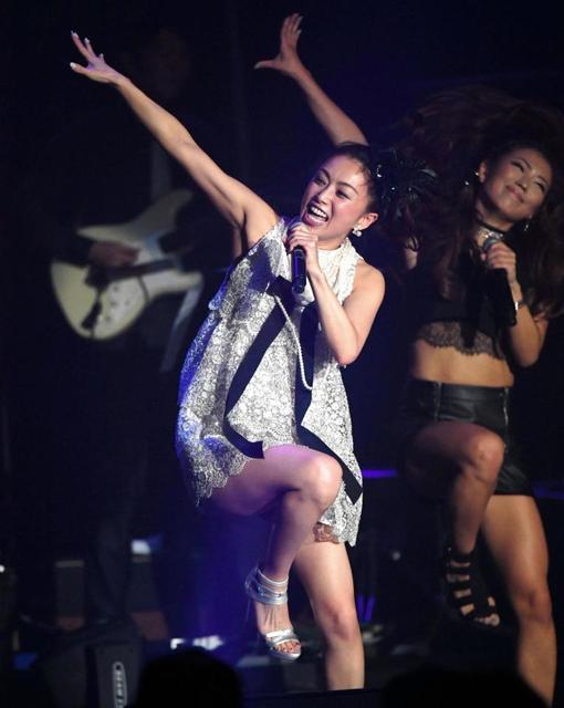 酒井法子、超ミニスカで「マンモスうれピー!」「よろピクピク~!」…単独ライブ
