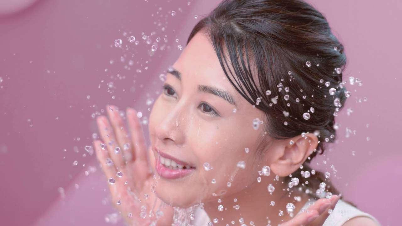 花王 ビオレ うるおいクレンジングリキッド 気持ちよすぎるすっぴん!篇 15秒 CM 加藤綾子 - YouTube