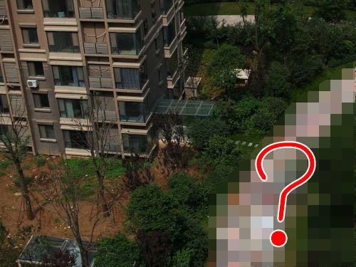 「中国の高層マンション前の道路が、ありえないことになってる…」目を疑う写真:らばQ