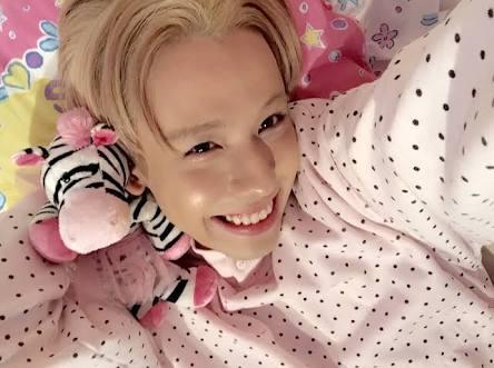 可愛いパジャマを着て笑顔のりゅうちぇる