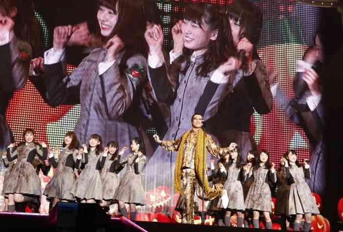 ピコ太郎、新曲を披露 シュールなパフォーマンスに観客釘付け 欅坂46と「PPAP」コラボも