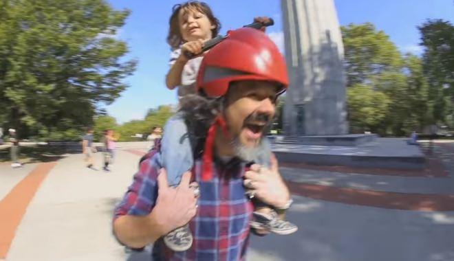 """パパを""""人間バイク""""に変えるハンドル付きヘルメット「Piggyback Driver」が楽しそう"""