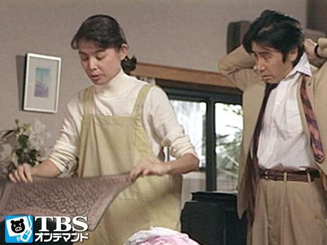 ドラマ内にてエプロン姿で朝の支度中の演技をする篠ひろ子