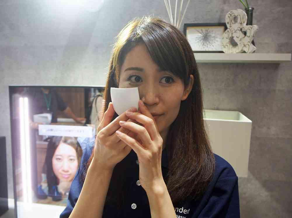 "CEATEC JAPAN 2016:""印刷して貼るメイク""登場 パナソニックが開発 鏡台で肌状態を分析 - ITmedia ニュース"