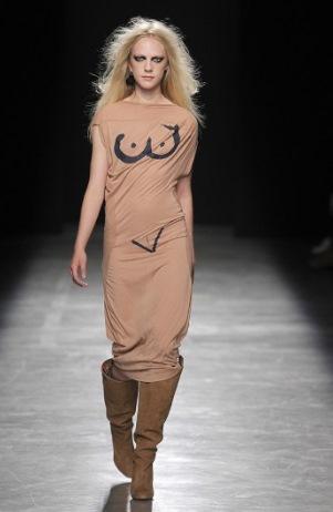 ヴィヴィアン・ウエストウッドがファッションショーを開催 素人は黙っとるしかない奇抜なデザインが多数登場