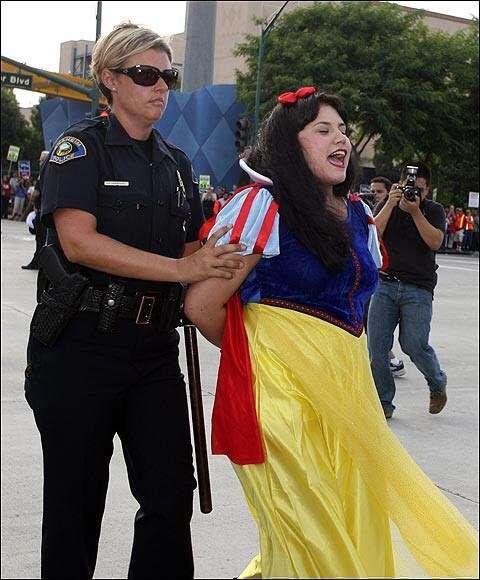 「パジャマディズニー」若い女性に広まる 夢の国にモラルはないのか
