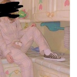 パジャマ姿でディズニーランドに入ってミニーちゃんの家で足を乗っけたゲストに批判殺到大炎上 - NAVER まとめ