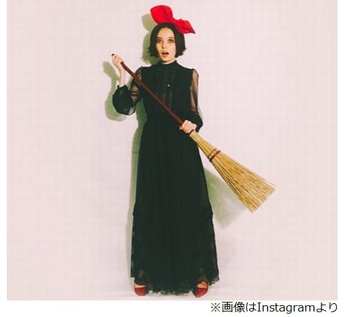 黒いロングドレスに赤いリボン、魔女姿のベッキー