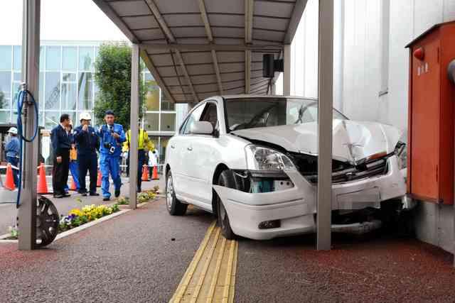 84歳運転の車、病院に突っ込む 1人死亡2人けが