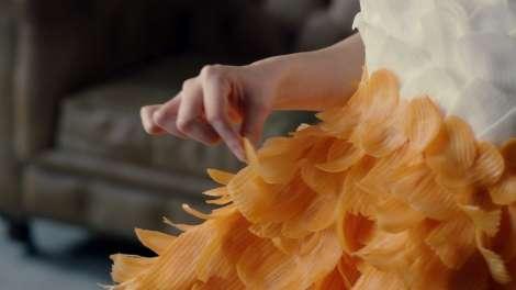 """まいんちゃんこと福原遥、""""生野菜""""ドレスに身を包む そのまま口に運んでパクリ?"""