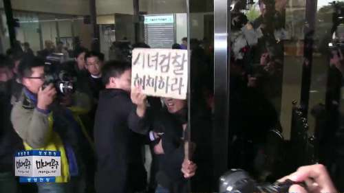"""大検察庁にクレーン突っ込む…""""朴大統領の親友""""崔氏に関連し「死ぬのを助けてあげようと思い…」=韓国"""