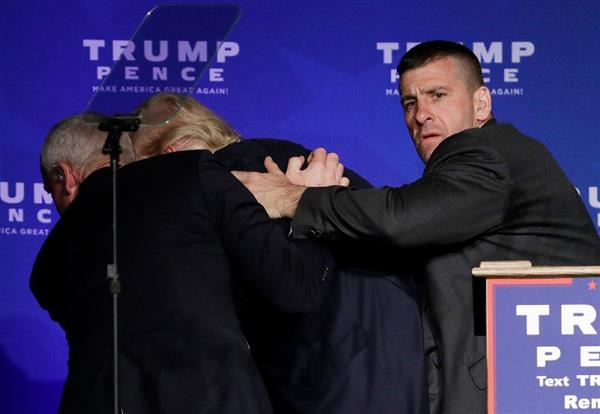 【米大統領選】トランプ氏、演説中に突然抱えられ舞台から退席