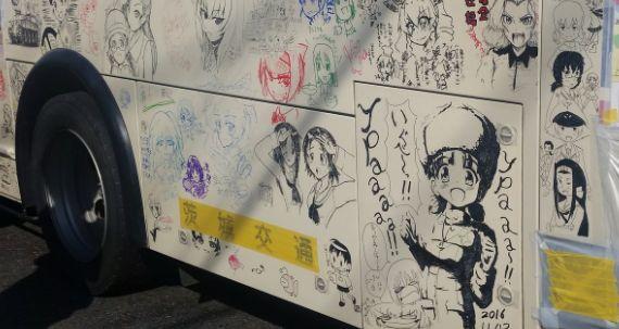 大洗あんこう祭2016で好きに落書き出来るように展示されている「らくがきバス」の落書きのクオリティw