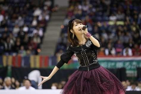 AKB48柏木由紀、ミニスカで美脚全開