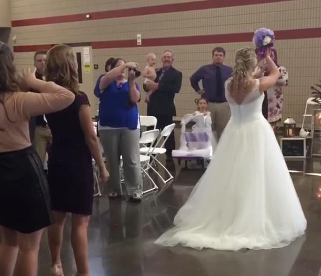 何コレ!?超羨ましい! 結婚式でブーケを受け取った女性、3秒後にまさかのプロポーズ