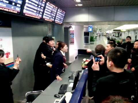 Beijing airport fight between China Eastern staff and aggrieved travelers - YouTube