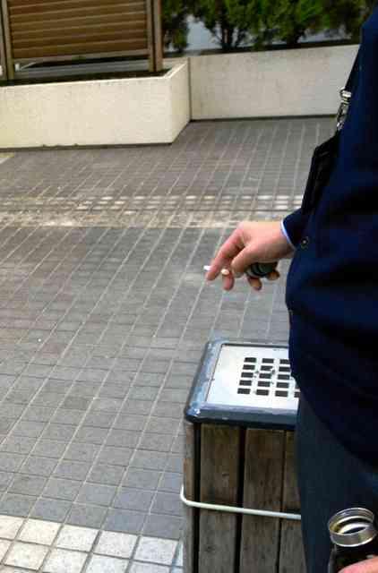 たばこの臭い対策「喫煙後は遠回りして」 厚労省実施へ