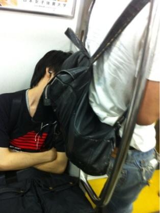 満員電車にリュックを背負ったまま乗る人 せめて前に抱えるべき?